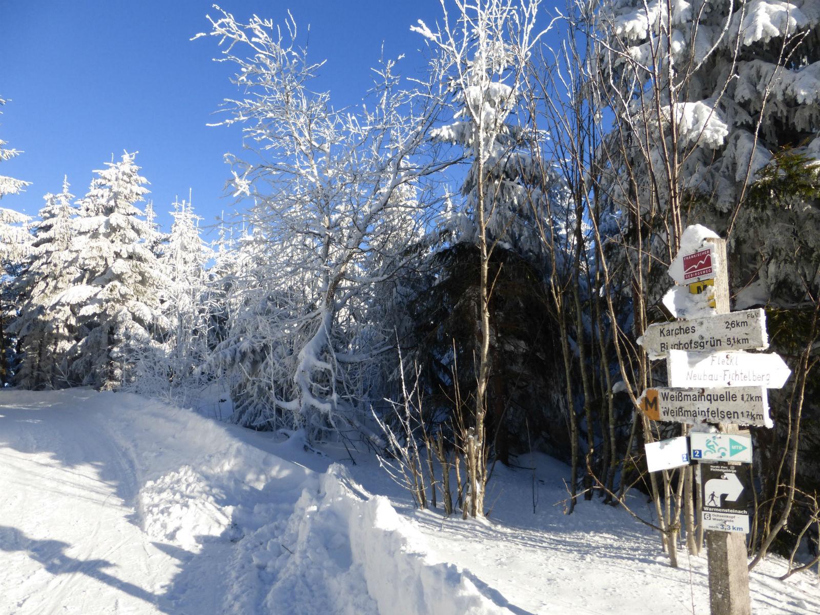 Fichtelgebirge-Winter-Winterlandschaft-Weg-mit-Wegweiser