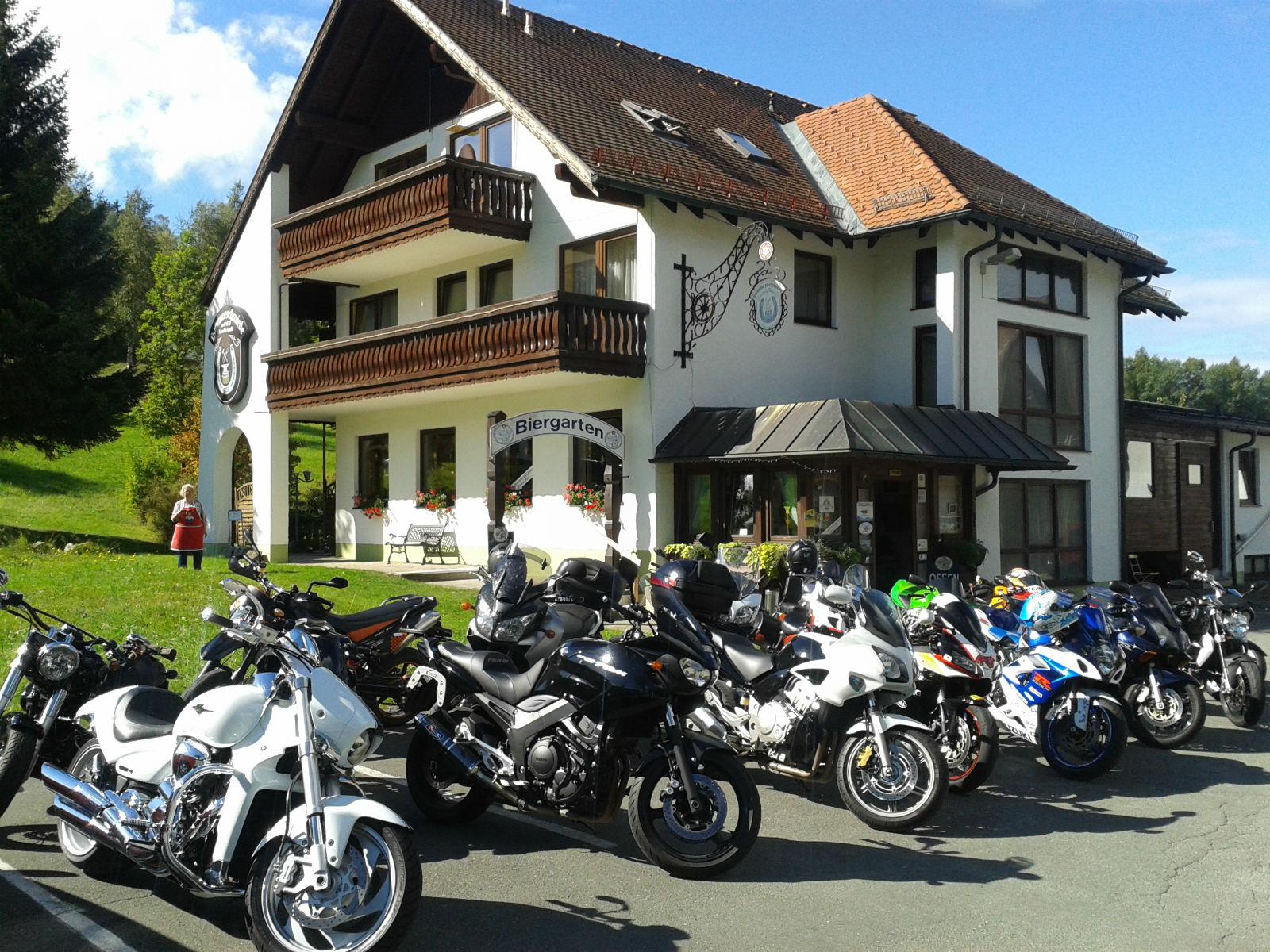 Hammerschmiede-Unser-Haus-Aussenansicht-Motorraeder