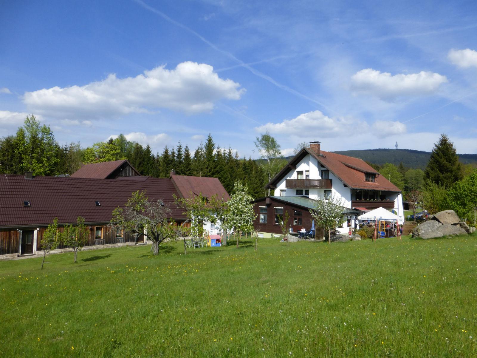 Hammerschmiede-Unser-Haus-Aussenansicht-mit-Garten