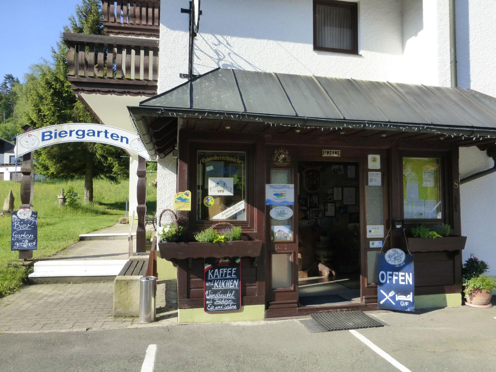 Hammerschmiede-Unser-Haus-Eingang-Biergarten
